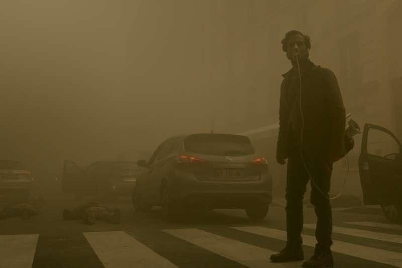 在霧霾中,人很渺小。(圖/甲上娛樂提供)