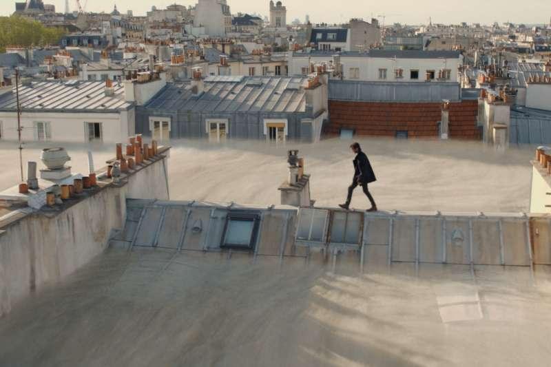 毒霾危機來襲,沒有防毒裝備只能學「蜘蛛人」驚險走屋頂。(圖/甲上娛樂提供)