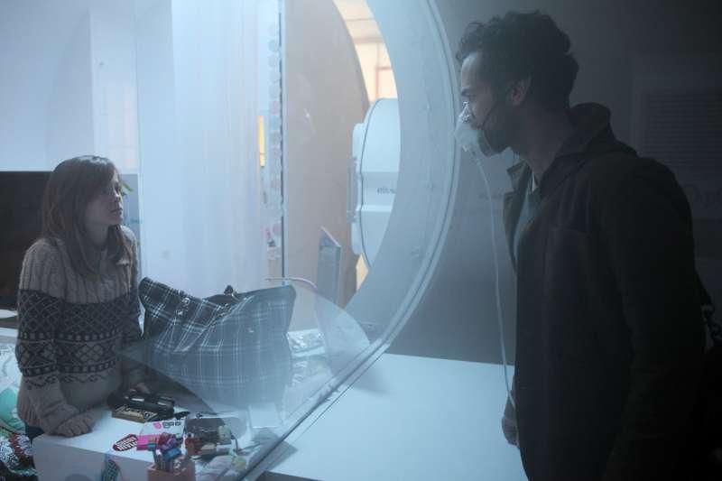 住在玻璃艙裡,宛如金魚。(圖/甲上娛樂提供)
