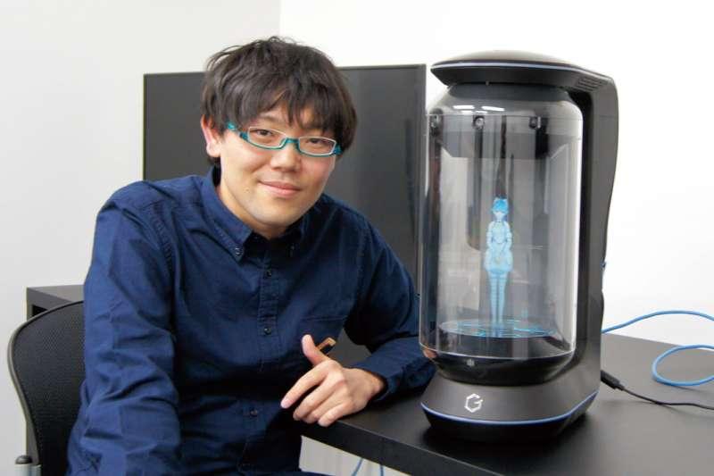 武地實原本是完完全全的「科技菜鳥」,就憑著「想和初音一起生活」的執念,打造出爆紅商品Gatebox。(圖/翻攝自事業構想,智慧機器人網提供)