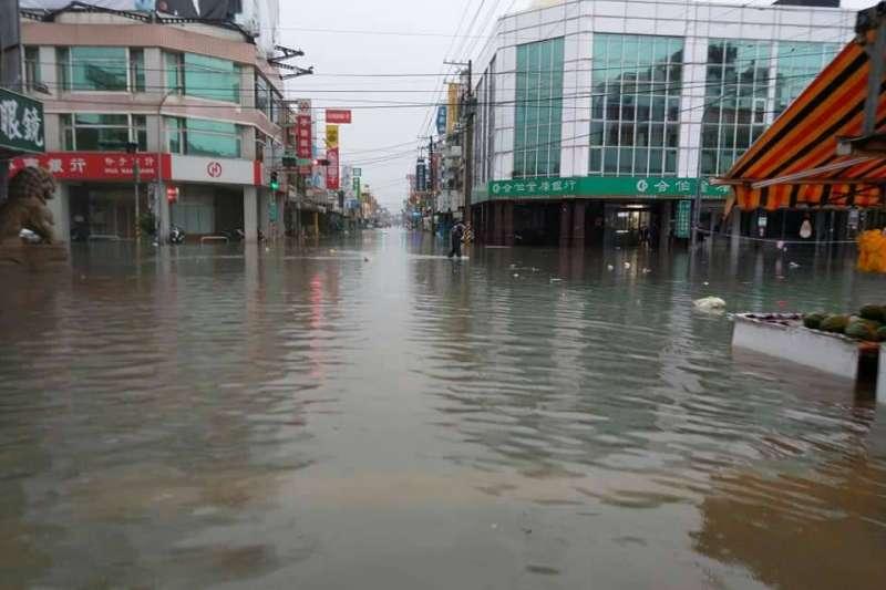 受熱帶性低氣壓影響,「823豪雨」重創南台灣,各地淹水災情頻傳。圖為嘉義地區淹水情形。(資料照,網友提供)