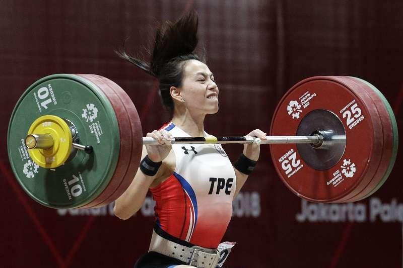 郭婞淳越級挑戰天津舉重世界盃64公斤級賽事,仍舊拿下1金2銀的成績。 (美聯社)