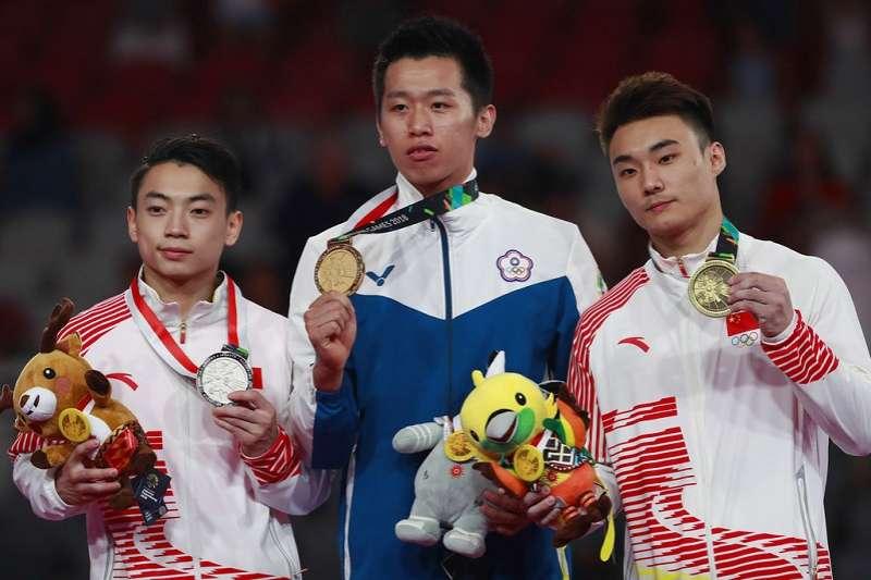 台灣李智凱(中)擊敗兩位中國大陸選手奪下鞍馬金牌,李智凱光榮站中間兩位大陸選手雙星拱月。(美聯社)