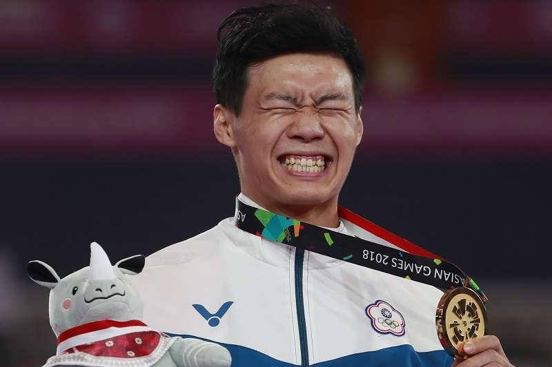 唐嘉鴻在巴黎體操世界挑戰盃單槓項目摘下銅牌。 (美聯社)
