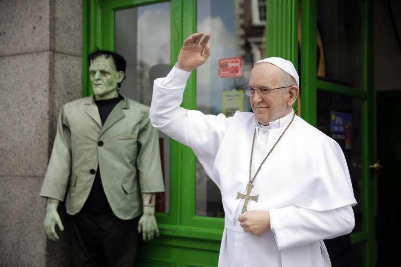 天主教教宗方濟各將於25日、26日訪問愛爾蘭,愛爾蘭國家蠟像館最近展出方濟各的蠟像(AP)