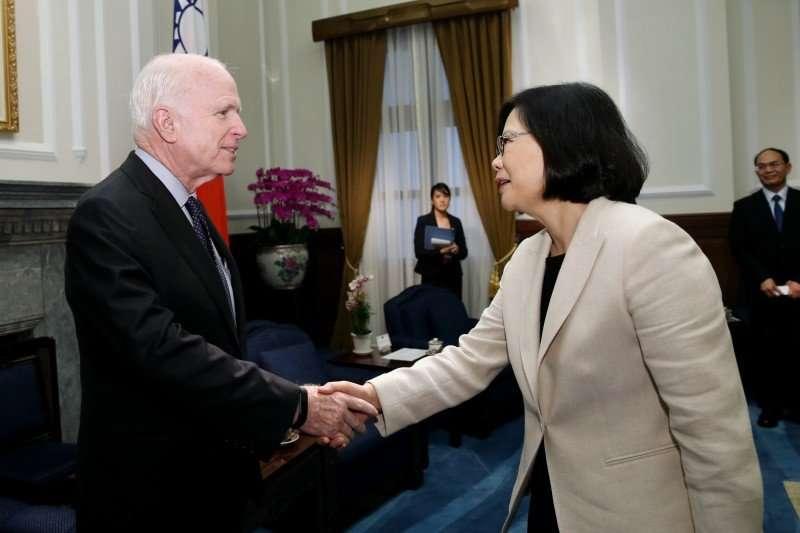 2016年6月5日,蔡英文總統接見美國聯邦參議院軍事委員會馬侃主席訪問團(總統府)