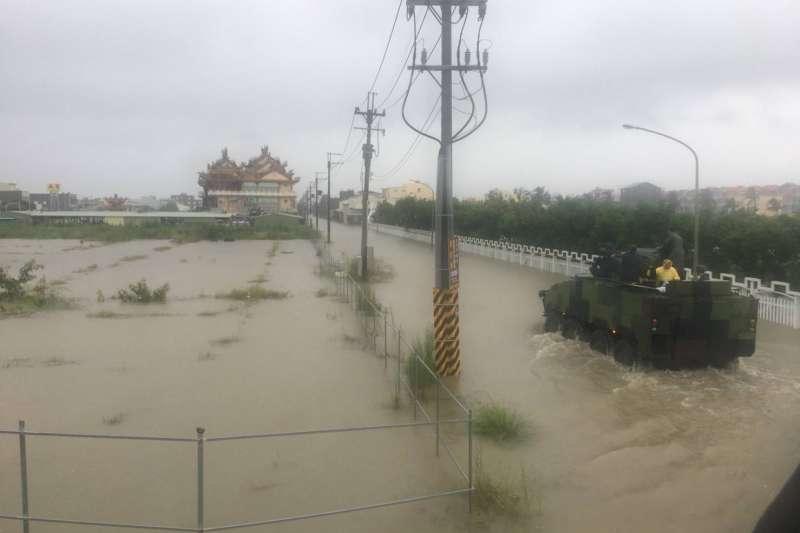 2018年8月,南台灣豪雨成災,作者認為政客的口水比雨水災害更大。(張花冠臉書)