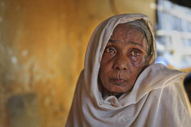 羅興亞難民危機一周年,許多羅興亞人遠離家園,只能棲身在難民營中,思念生離死別的家人。(AP)