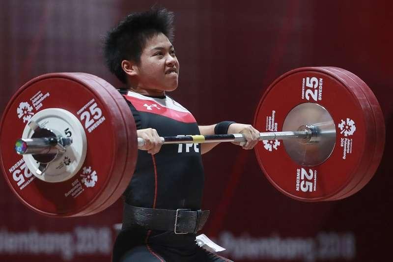 洪萬庭在女子舉重69公斤級賽事,以總和233公斤奪下銀牌。 (美聯社)
