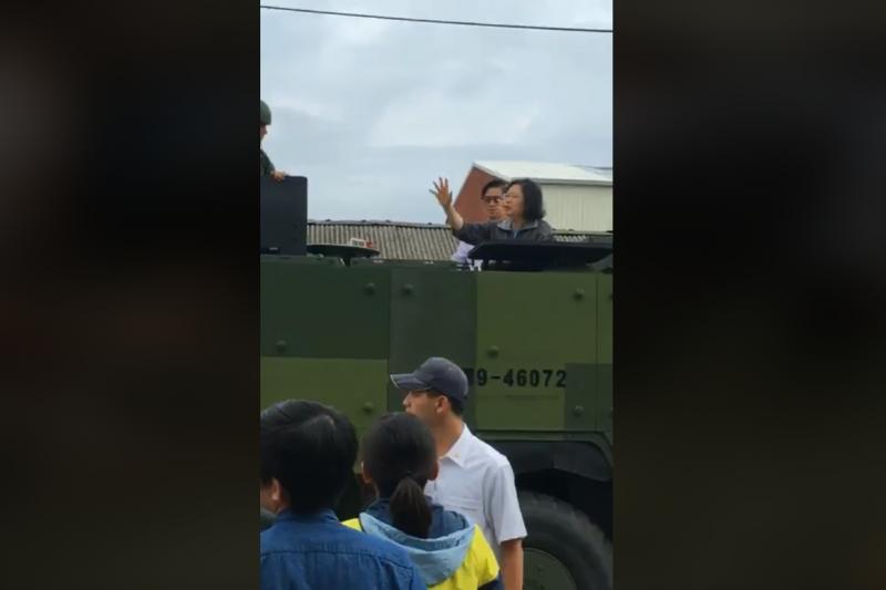 總統蔡英文25日搭乘軍方甲車前往嘉義布袋鎮社區勘查災情。(取自臉書)