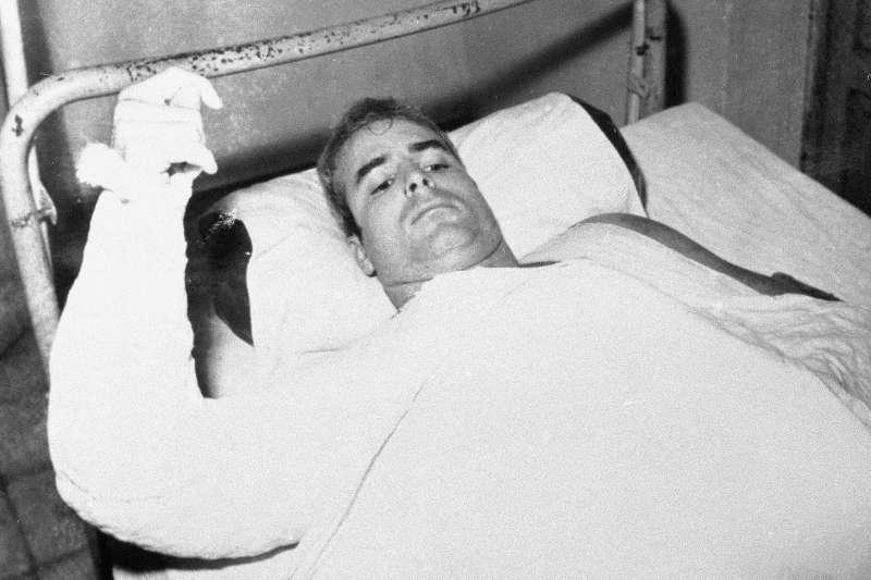 1967年越戰期間,馬侃在駕駛戰機轟炸河內時被擊落被俘,北越關押5年半期間受到了酷刑折磨。(美聯社)