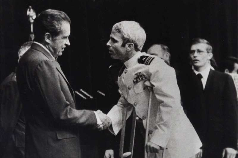 美國亞利桑那州聯邦參議員馬侃(John McCain)年輕時曾在越南戰場被俘,1973年3月獲釋返國,尼克森總統親自接見(AP)