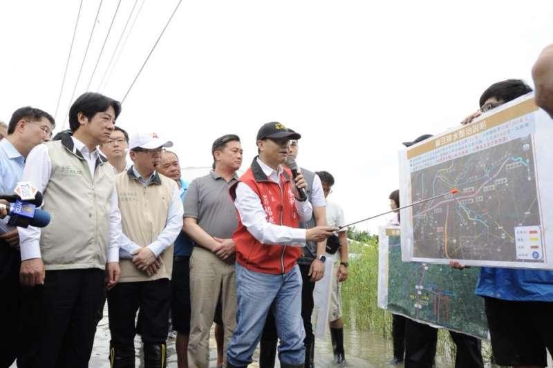 行政院長賴清德要求召開全國治水會議,圖為他於水災期間到台南麻豆了解排水情形。(賴清德臉書)