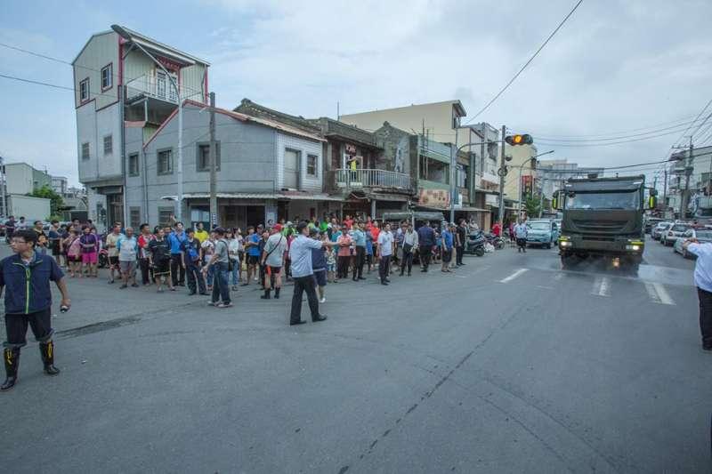 熱帶低氣壓導致南部豪雨致災,總統蔡英文26日回到嘉義永安里了解淹水是否改善。(國防部提供)