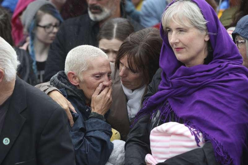 2018年教宗方濟各造訪愛爾蘭,牧靈之旅成了道歉之旅,民眾對教會強迫將未婚媽媽子女送養的歷史惡行發動抗議(AP)