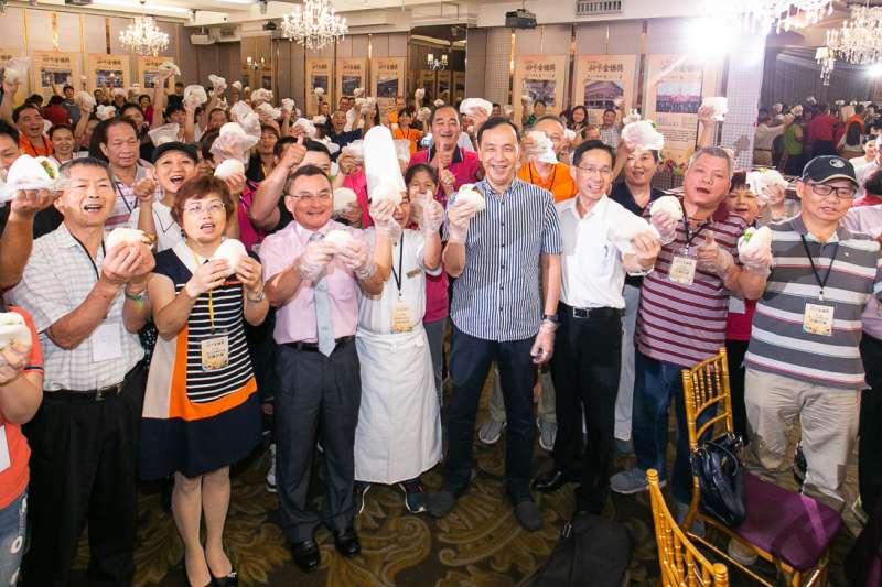 新北市長朱立倫(中)與百位攤商一同製作金讚刈包,感受傳統市場的熱情。(圖/新北市市場處提供)
