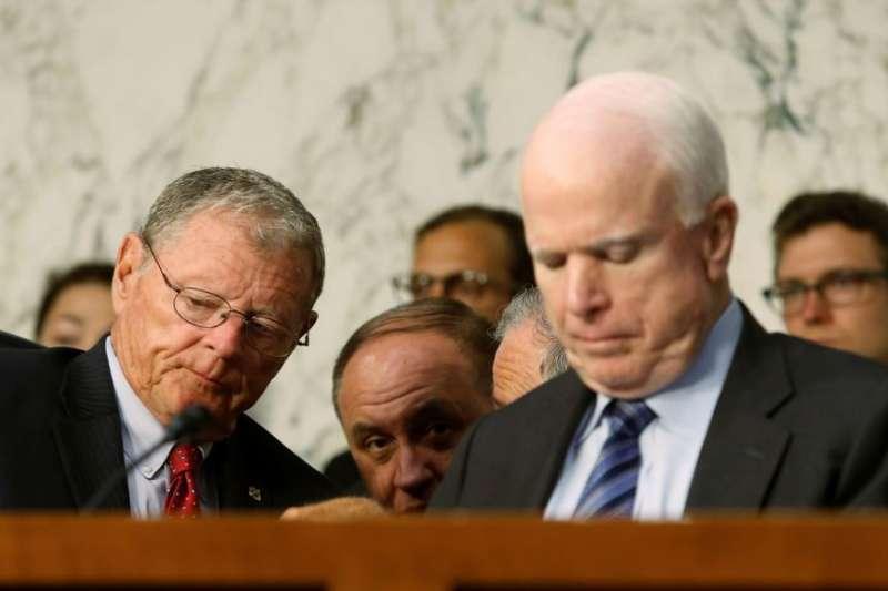 殷霍夫(左)出席馬侃主持的軍委會聽證會。(美國之音)