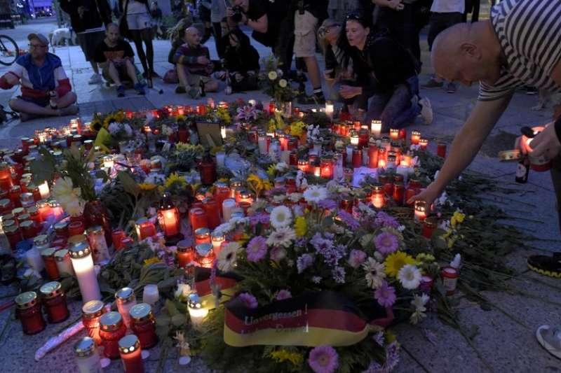 當地民眾悼念在肯尼茲兇殺案遇害的死者。(AP)