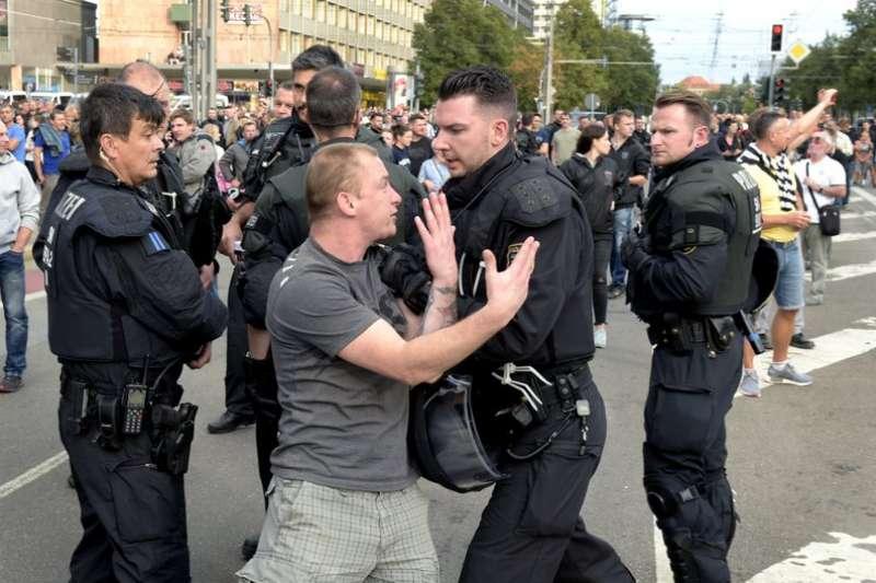 在德國肯尼茲抗議民眾與警方爆發衝突。(AP)