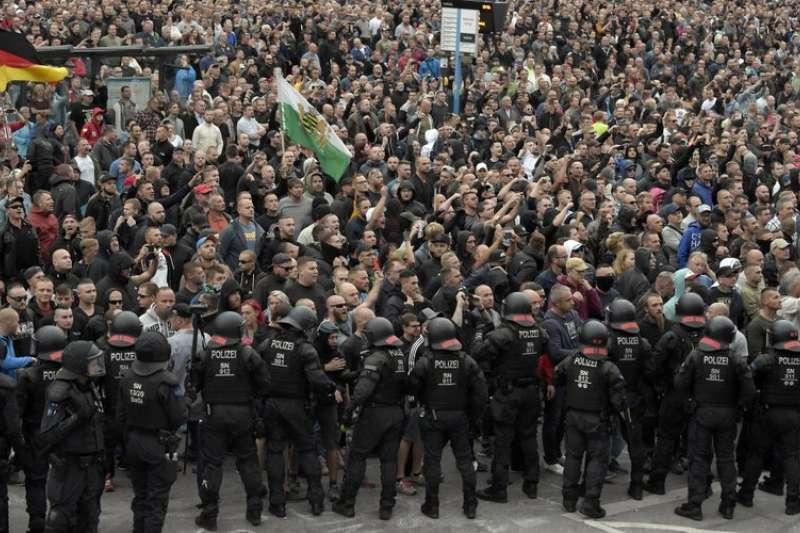 極右派民眾在德國肯尼茲大舉集結,高喊「外國人滾!」(AP)