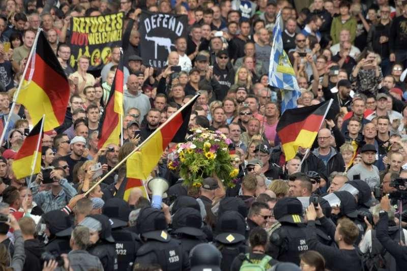 德國極右派民眾揮舞德國國旗示威。(AP)