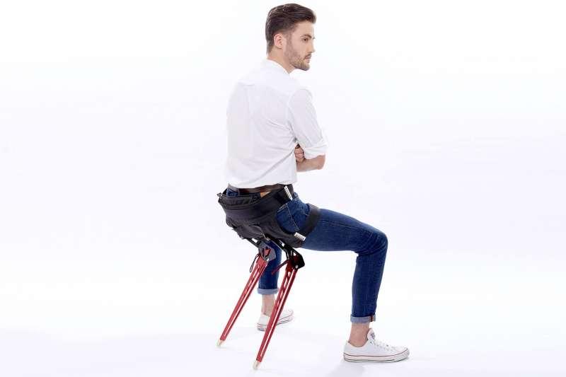 外國新創公司Astride Bionix發明了一款外骨骼「LEX」,讓你走到哪坐到哪。(圖/取自Astride Bionix官方臉書)