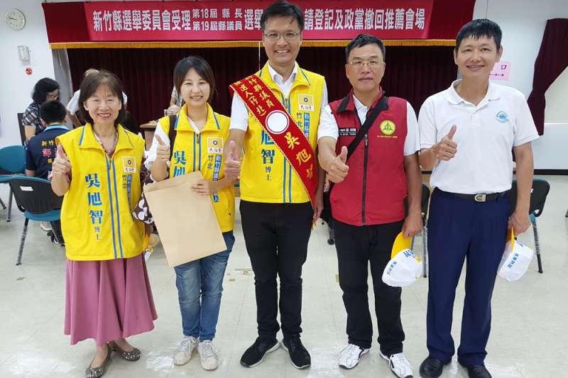 吳旭智(中)在太太(左二)、岳母(左一)及親友陪同下,完成竹北市議員參選登記。(圖/方詠騰攝)