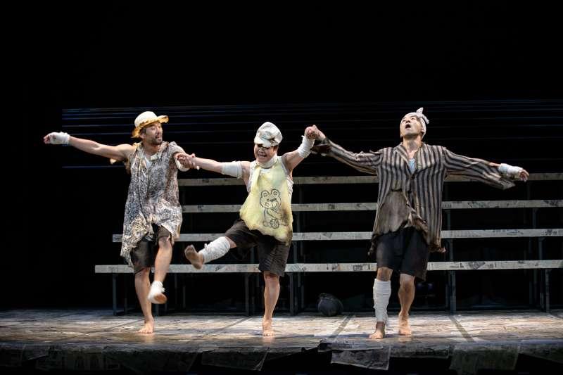 《海的孩子們》以沖繩為背景,搭配舞蹈、默劇與日本東北津輕三味線,從三位少年的冒險遊戲,以詼諧幽默的方式,帶領人們從戰後迎向嶄新美好的未來。(圖/兩廳院提供)
