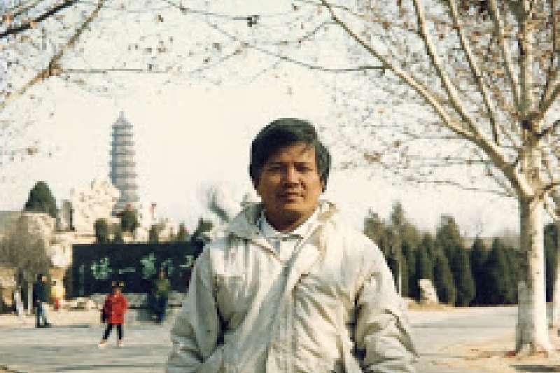 沈平山出身雲林斗南的龍虎堂,家裡與布袋戲頗有淵源。1986年他自費出版《中國掌中藝術:布袋戲》,可謂第一本正式出版的布袋戲專著。(作者提供,取自網路)