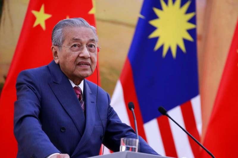 馬來西亞總理馬哈地在北京人大會堂的記者會上講話。(美國之音)