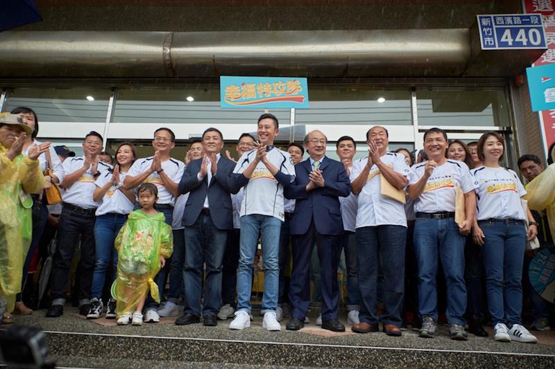 新竹市長林智堅領軍民進黨12位提名議員候選人,共組「12+1幸福特攻隊」聯合登記參選,展現竹市民進黨「全壘打」勝選決心。(圖/新竹市政府提供)