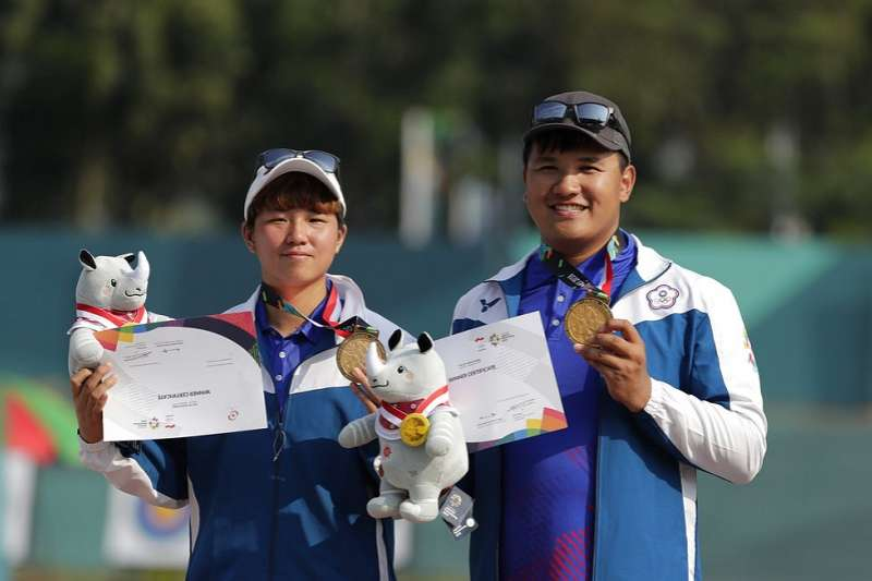 複合弓混合團體對抗賽金牌戰,中華隊由陳怡瑄(左)與潘宇平聯手,在決賽以151比150險勝南韓,奪得本屆中華射箭代表隊的第2面金牌。(美聯社)