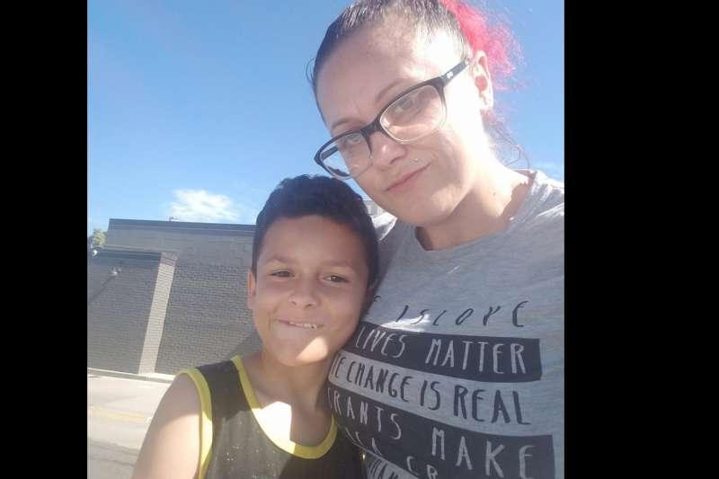 美國9歲男童邁爾斯(Jamel Myles,左)出櫃之後遭同學霸凌,自殺身亡,讓媽媽皮爾斯(右)相當痛心。(Facebook / Leia Pierce)