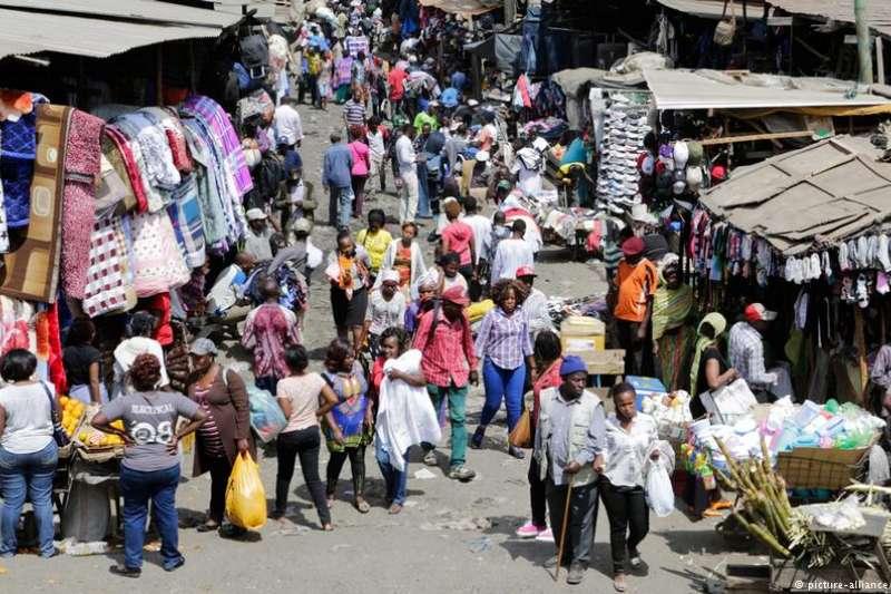 非洲舊衣市場巨大。圖為奈洛比一個二手衣市場。(德國之聲)