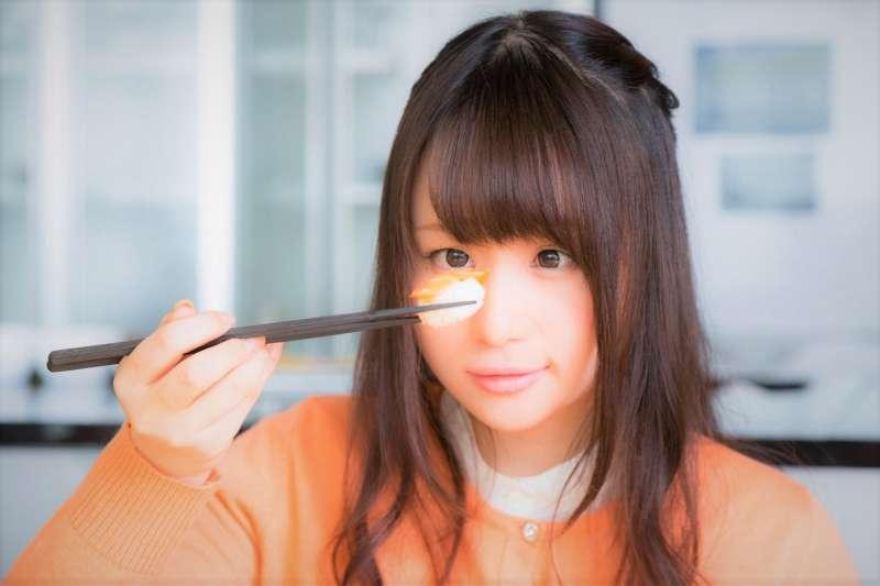 不少人認為少吃一餐能夠減肥,而最容易被人們犧牲掉的便是晚餐。但事實上,不吃晚餐更可能增加肥胖風險...(圖/すしぱく@pakutaso)