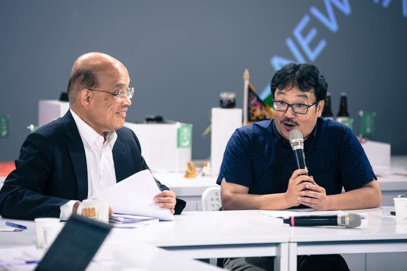 民進黨新北市長參選人蘇貞昌今(29)與長期關切住宅政策的民團舉行座談會,右是彭揚凱。(蘇貞昌辦公室提供)