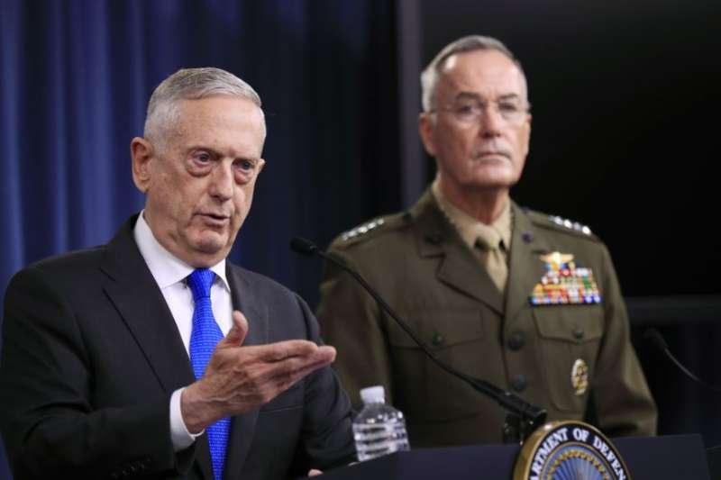 美國國防部長馬提斯和參謀長聯席會議主席鄧福德上將在五角大樓的記者會上對記者講話。(美聯社)