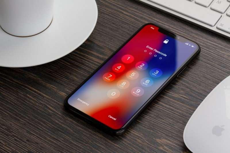 隨著秋季發表會靠近,據傳蘋果將推三款新機,全面採用Face ID,外觀上跟第一代iPhone X差不多,主要在性能、鏡頭上做小改版,其中6.5吋螢幕的版本將成為目前為止最大的iPhone。(圖/shutterstock,數位時代提供)