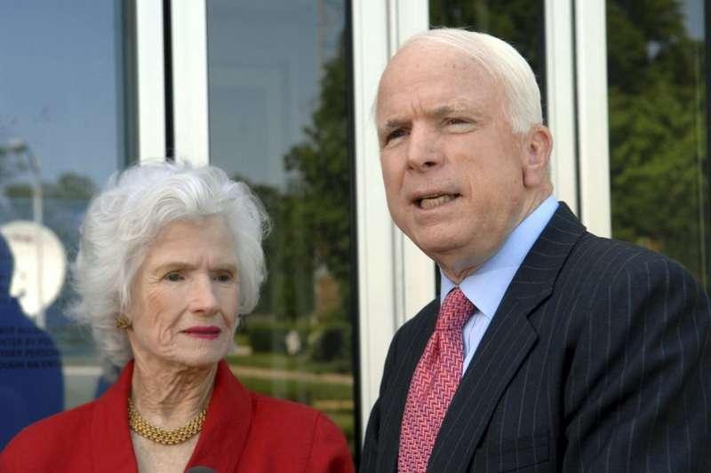 美國資深參議員馬侃的母親萊特在2007年時,曾與愛子同台受訪。(AP)