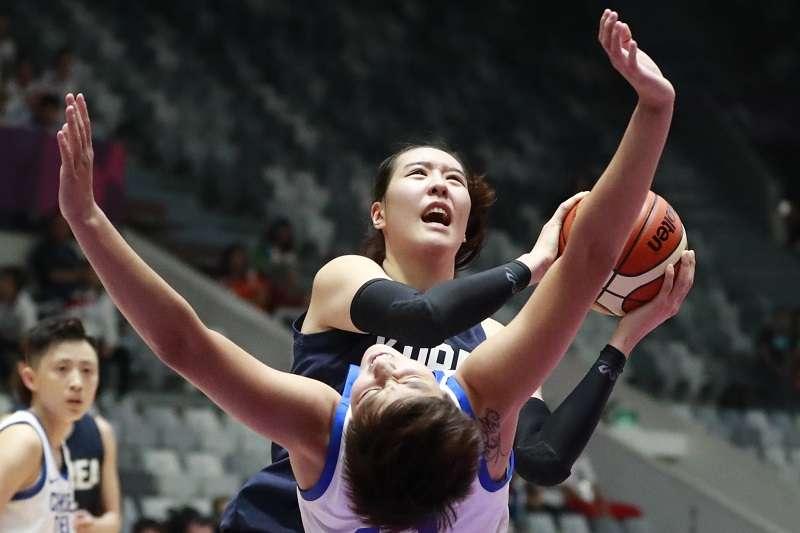 南韓「天才少女」朴智修(持球者)此役上陣21分鐘,繳出10分11籃板3助攻以及3次阻攻的成績,幫助南北韓聯軍在亞運女籃4強賽以89比66擊敗中華隊。 (美聯社)