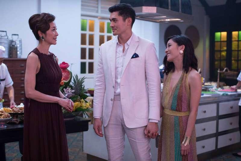 透過《亞洲瘋狂富豪》影像中美好的華服珠寶與豪宅,我們最終領略的,還是人性最珍貴的愛與親情。(圖/華納兄弟提供)