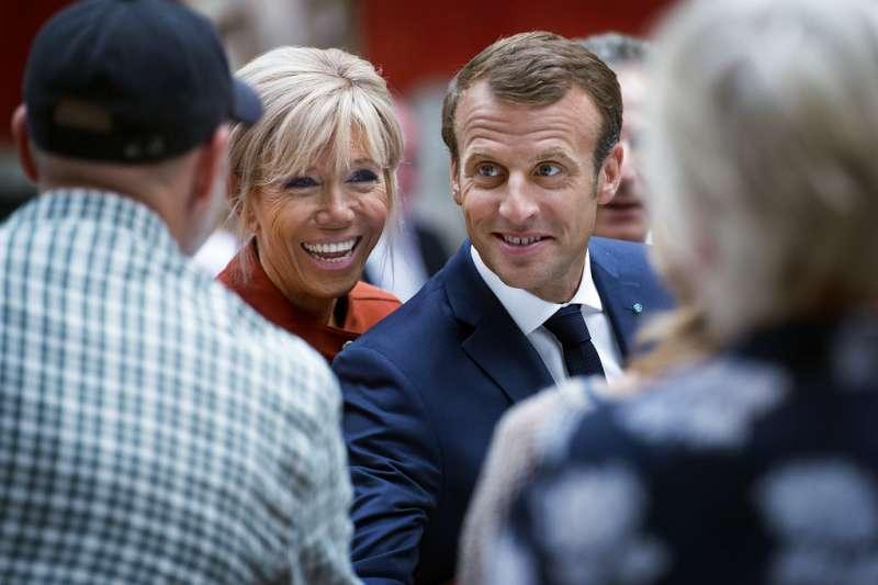 2018年8月29日,法國總統馬克宏(右)與夫人布莉姬特(左)訪問丹麥。(美聯社)