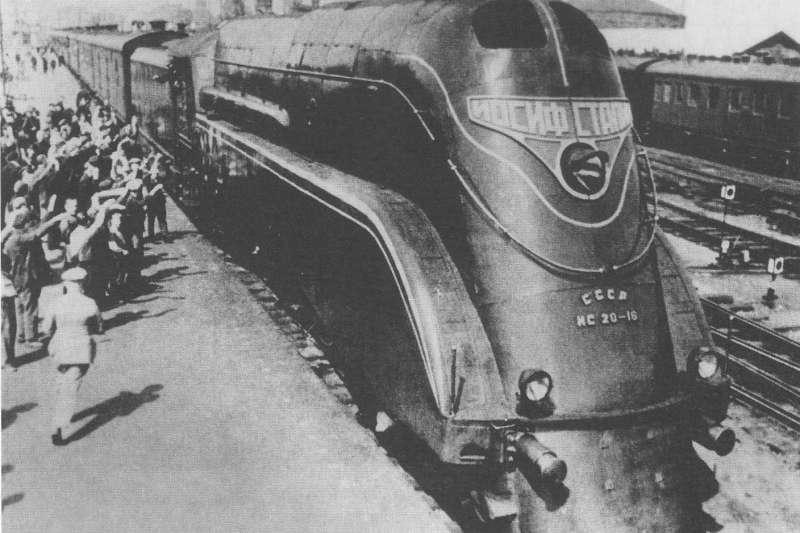 作者所稱的「藍色快車」,實際上是前蘇聯於1930年代開駛的「紅箭號」(Красная стрела),雖名為紅箭、但當初以深藍色塗裝上路。圖為1937年後採用的IS型機車。(取自維基百科)