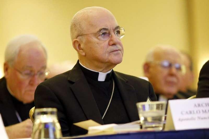 教廷前駐美大使、總主教維甘諾(Carlo Maria Viganò,中)近來猛烈抨擊教宗方濟各(AP)
