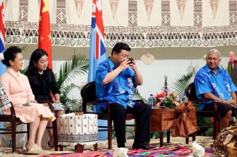 2014年習近平訪問斐濟受到隆重歡迎。2011年以來,中國已經投入13億美元的優惠貸款和贈送,則太平洋地區成為僅次於澳大利亞的捐助國。(新華社)