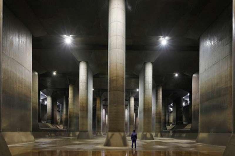 東京防洪祕密武器,是這座巨大「地下宮殿」,即使遇上豪雨來襲,東京都能透過它順利排水,安然度過。(圖/翻攝自首都圏外郭放水路 ,智慧機器人網提供)