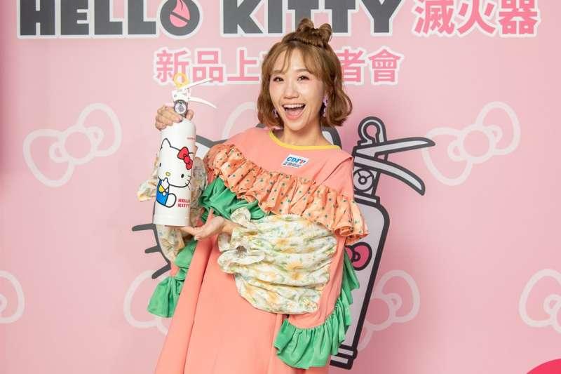 Lulu現身記者會現場,展示業者獨家引進代理的超萌Hello Kitty滅火器