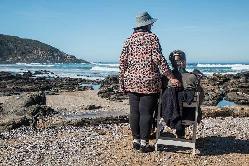 安寧照護的陪伴,對於死亡已經盡在眼前的人,是很重要的。(pixabay@stevepb)