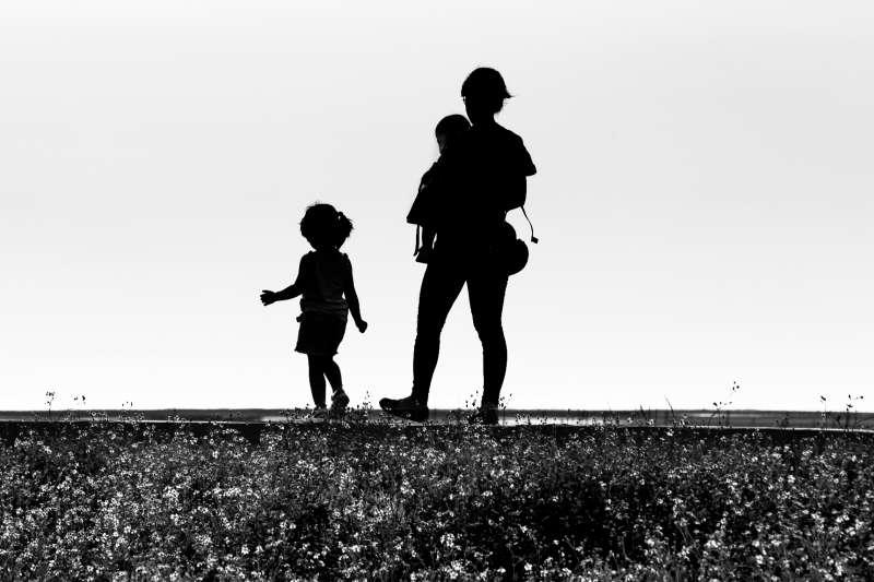 母親已經站不起來、什麼都不能做了,居家安寧療護提供了什麼幫助?(圖/flickr)