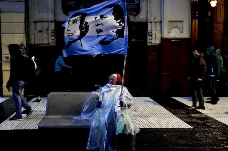 阿根廷披索連日重貶、政府則準備繼續撙節支出,但30日仍有民眾走上街頭,要求阿根廷投資教育,前總統裴隆與其妻子的旗幟也出現在布宜諾艾利斯的街頭。(美聯社)
